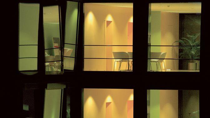 Sicht durch Fenster ins Zentrale Institutsgebaeude (ZIG) der Universitaet St.Gallen (HSG) bei Nacht